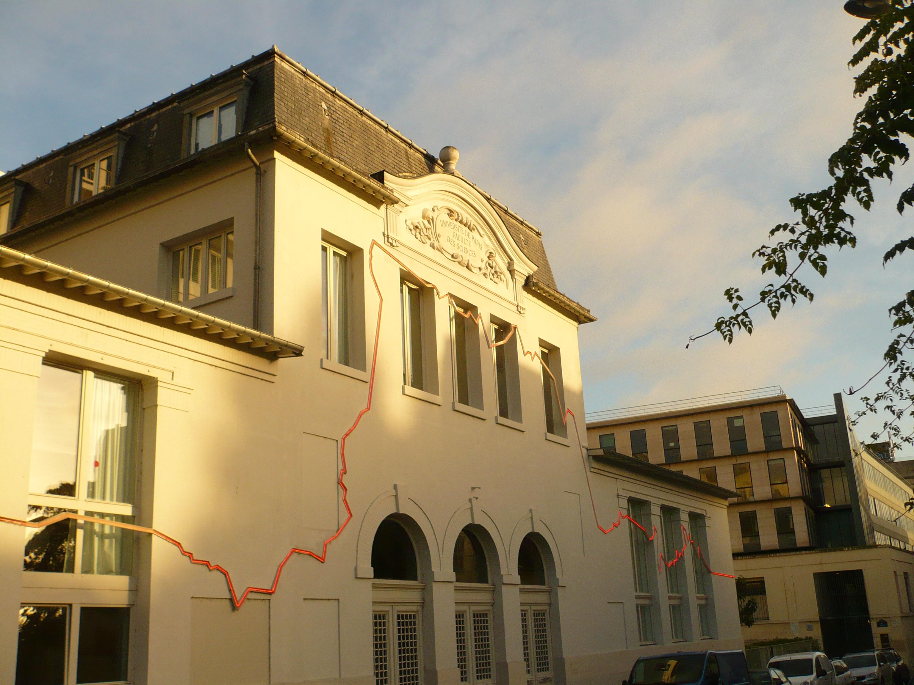 La ligne de néon rouge représente la Ceinture de Feu