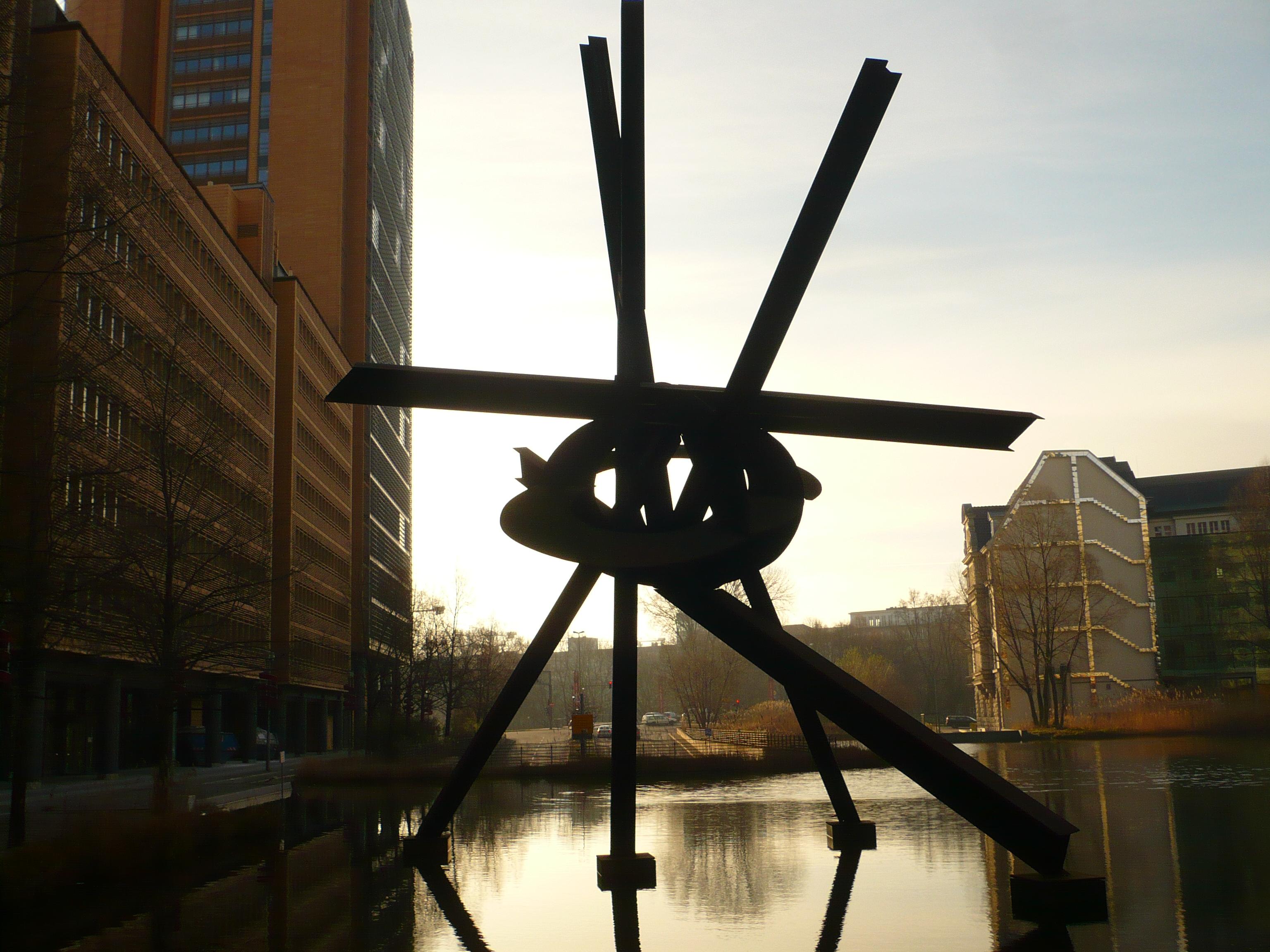Sculpture sur la Marlen Dietrichplatz