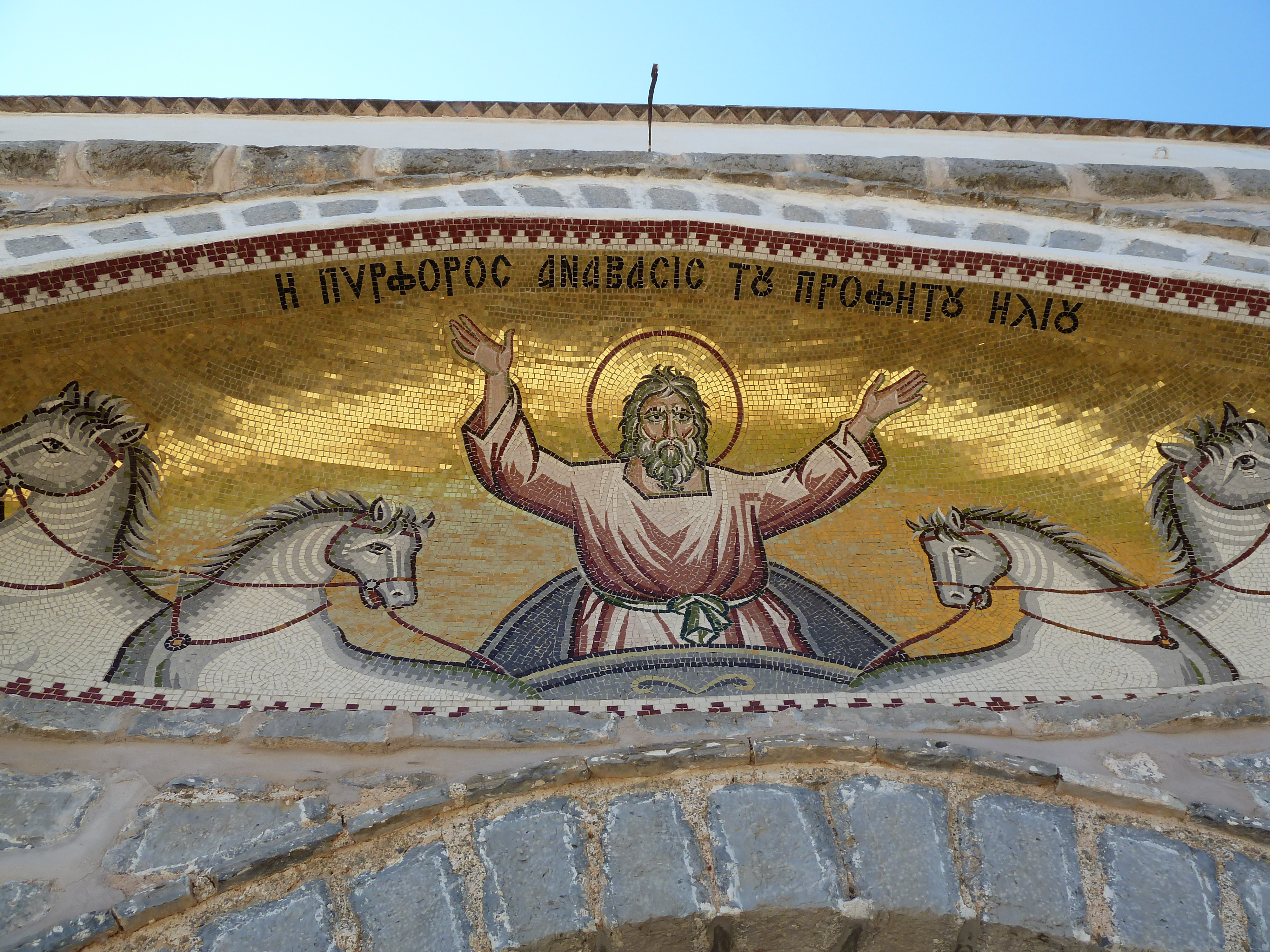 À l'entrée du monastère
