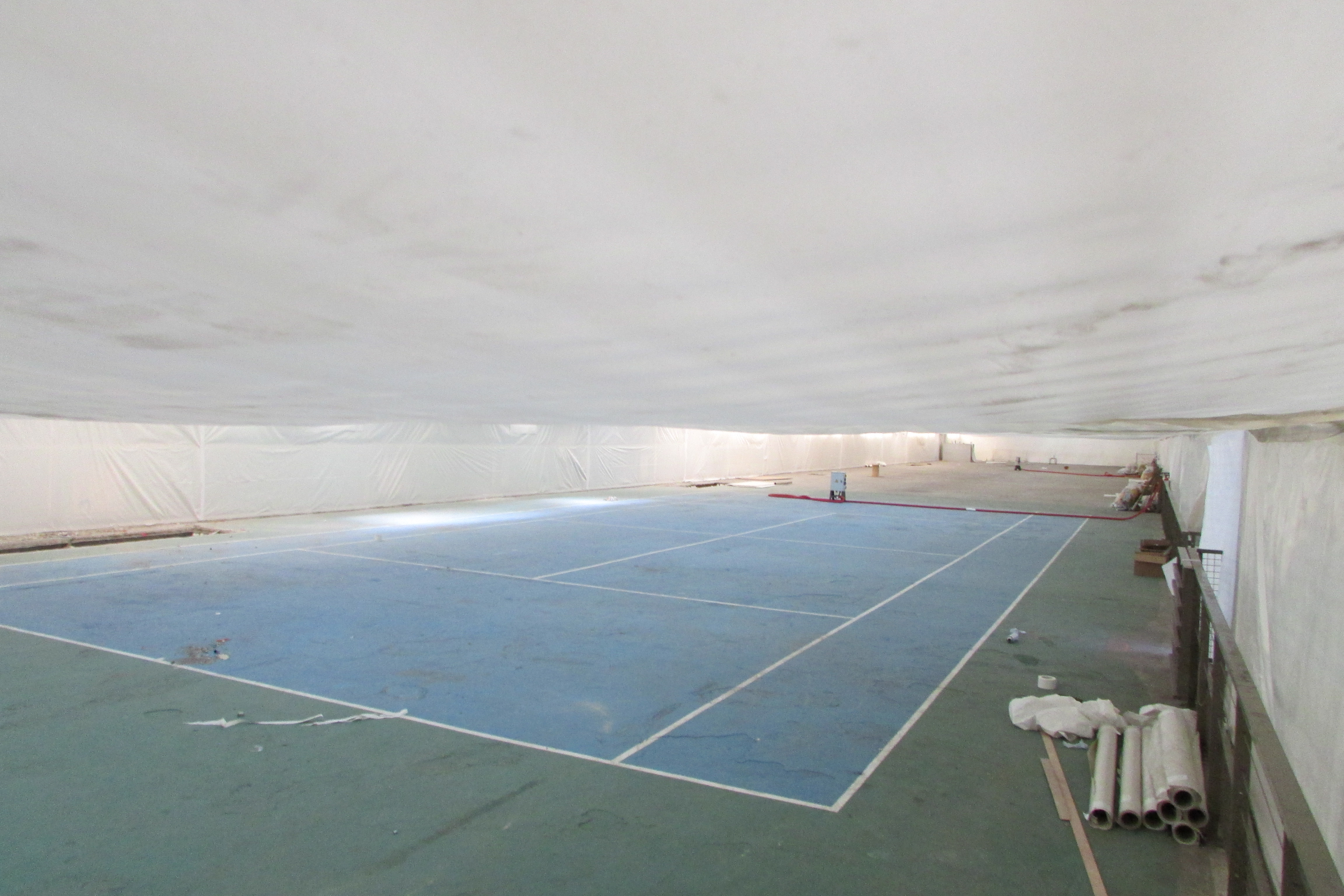 Un court de tennis, emblème des bâtiments abandonnés