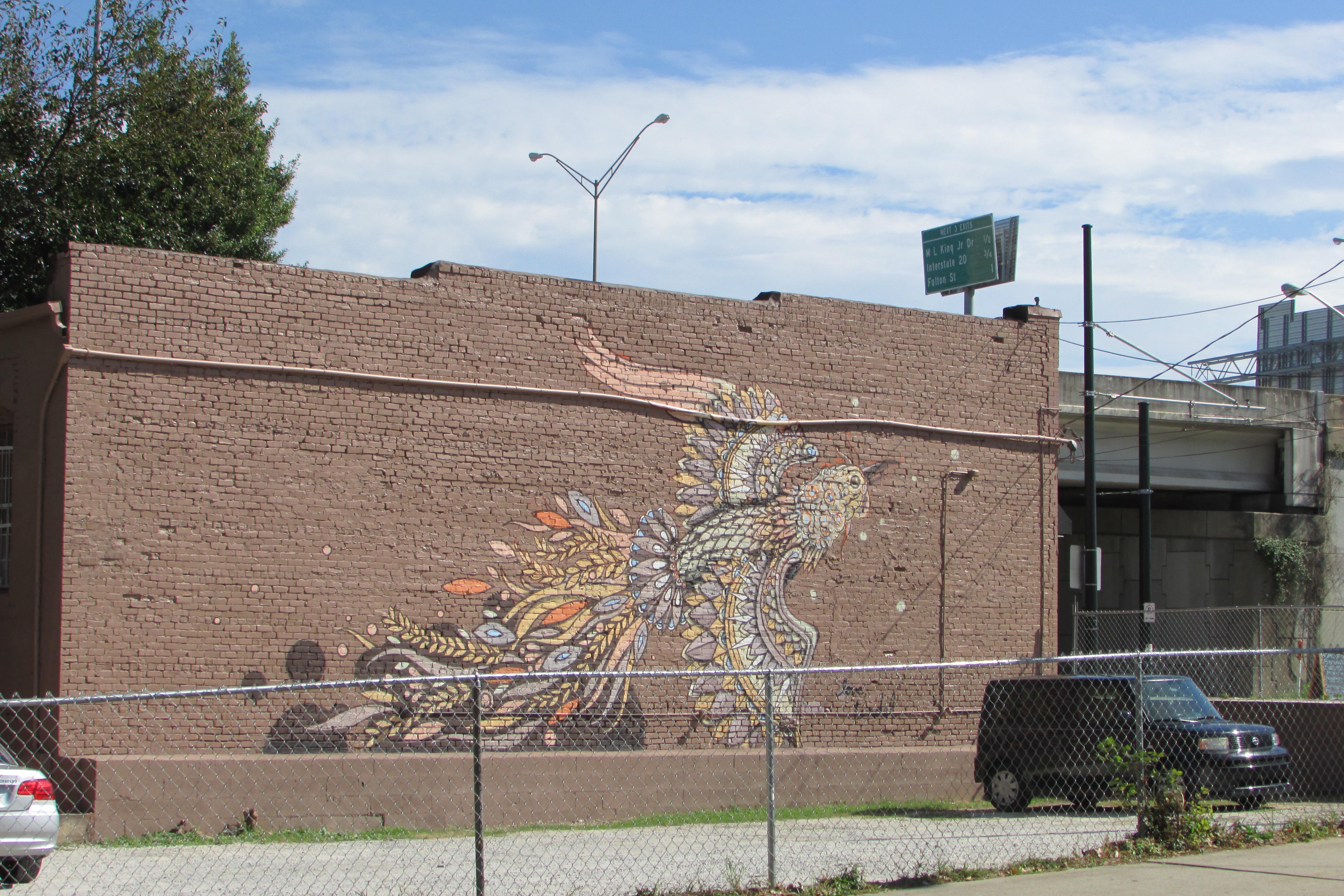 Un oiseau sur un mur