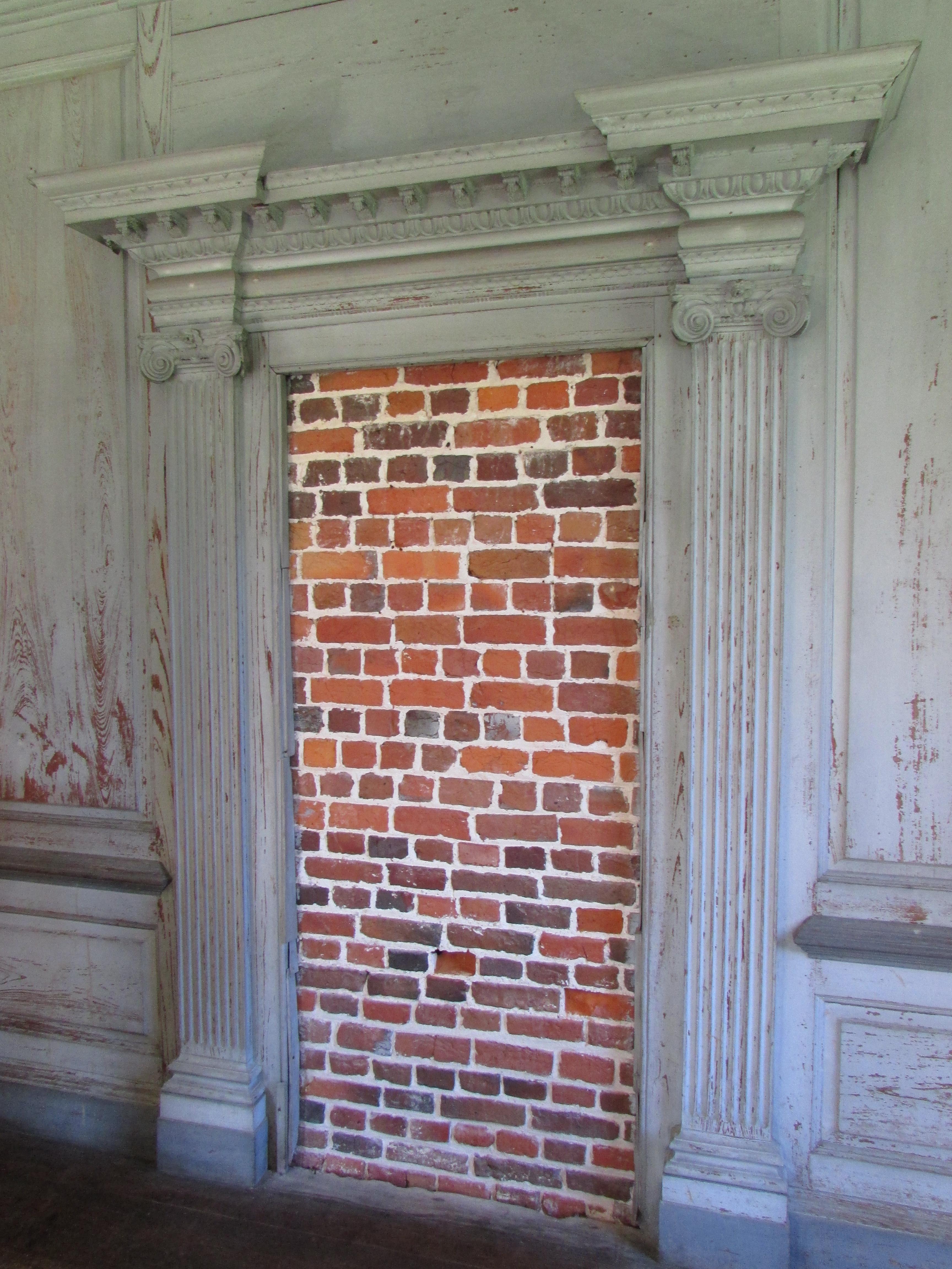 Fausse porte, présente pour la symétrie de la pièce et l'apparat