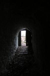 En vrai, ce tunnel menait à une petite terrasse fort sympathique qui surplombe une belle partie de Grenoble, avec une fort jolie vue.