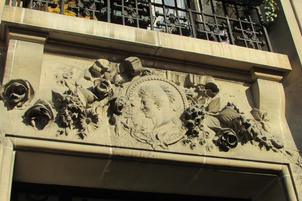 Camée et fleurs, rue Pierre et Marie Curie