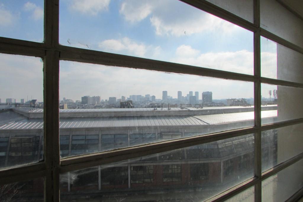 Skyline parisienne à travers une fenêtre