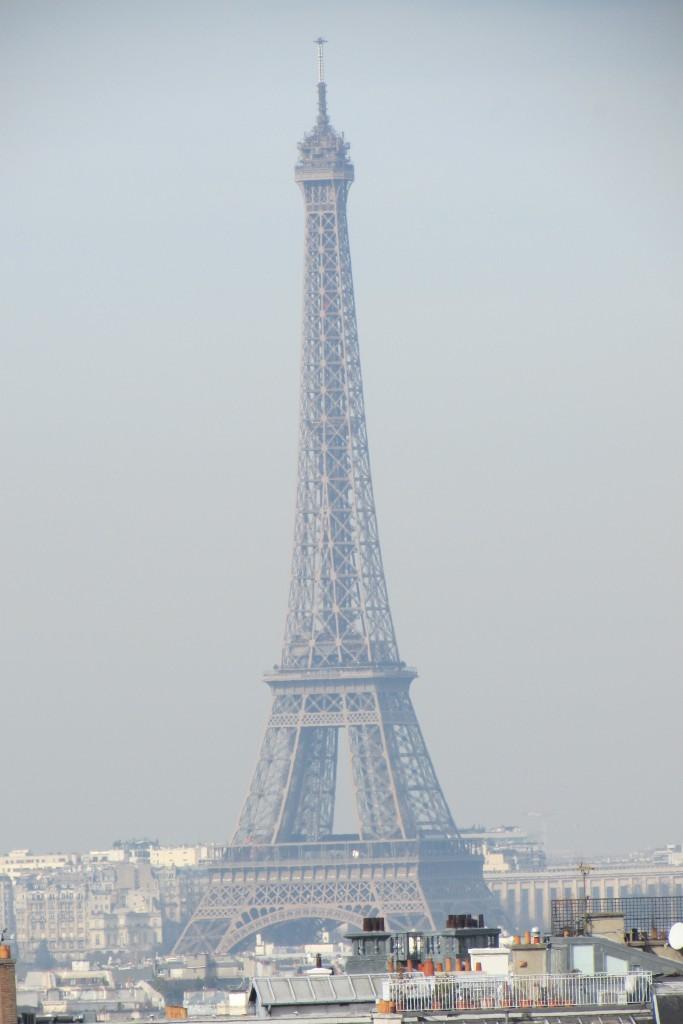 Tour Eiffel dans la pollution matinale