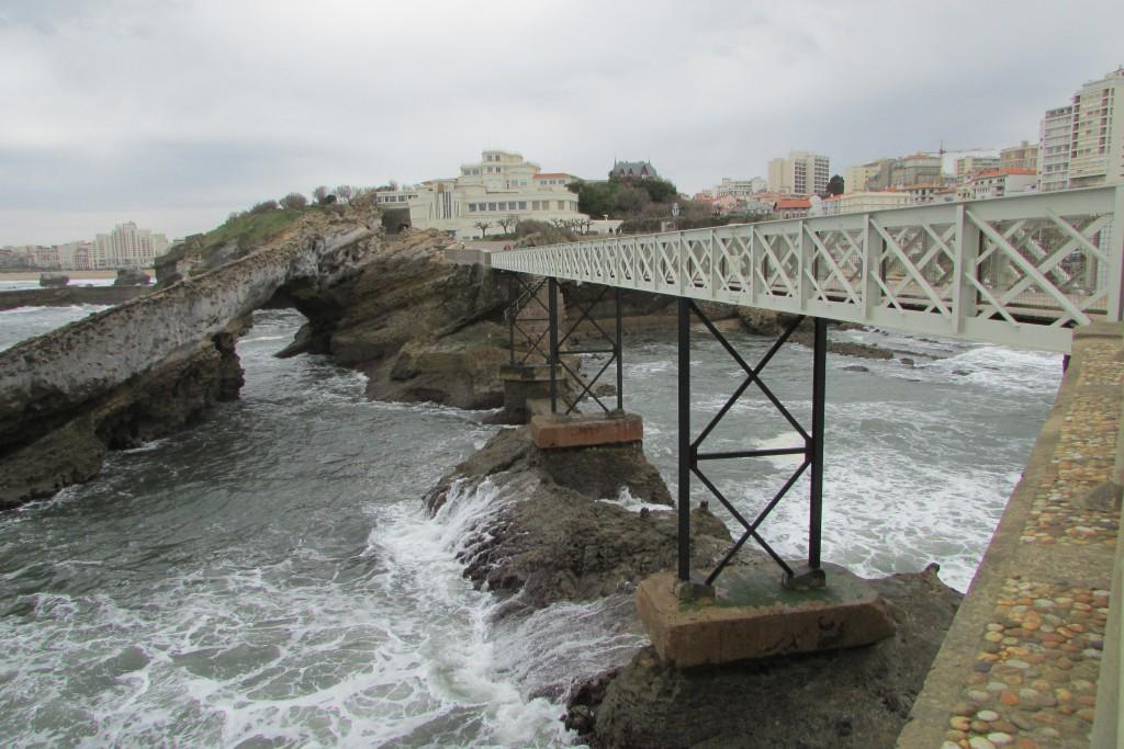 Pont menant au Rocher de la Vierge