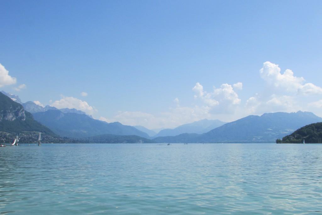Lac et différents plans de montagnes bleutées