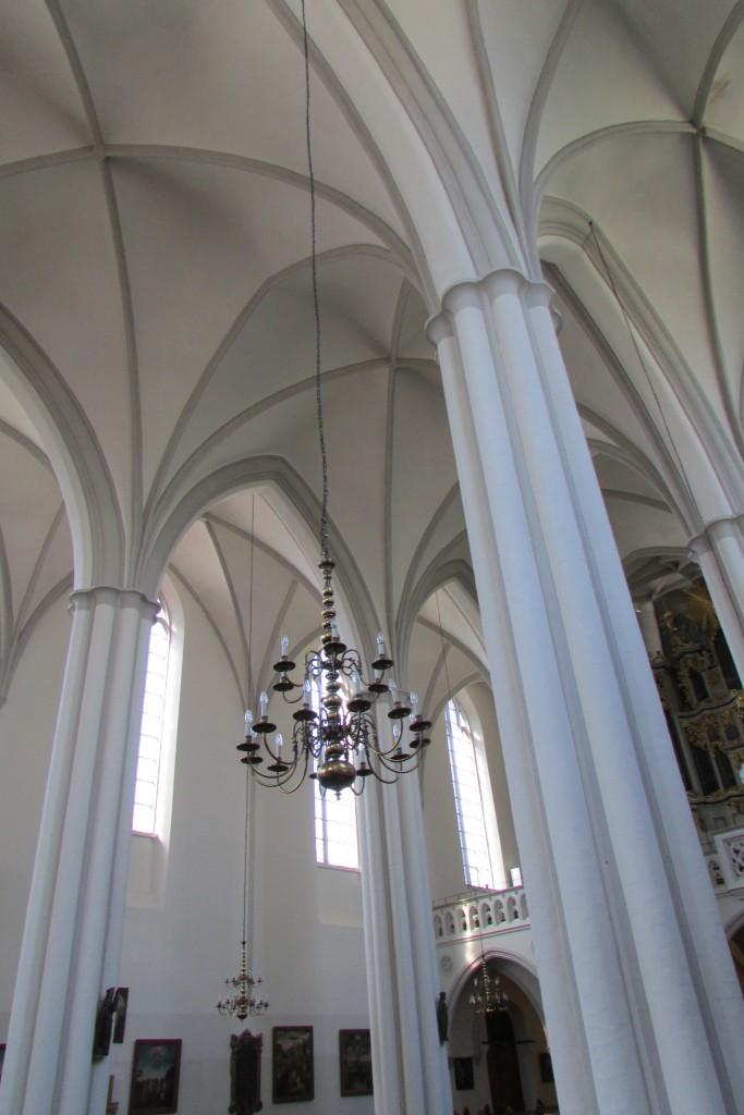 Sobre comme ça. J'aime bien photographier des intérieurs d'églises en ce moment. Prochaine série de photos après les façades haussmanniennes et les séries de street-art ?