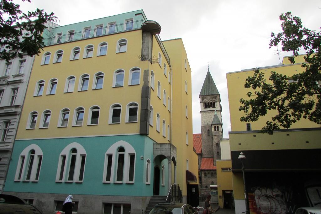 Contraste entre les bâtiments neufs, pastels et le clocher