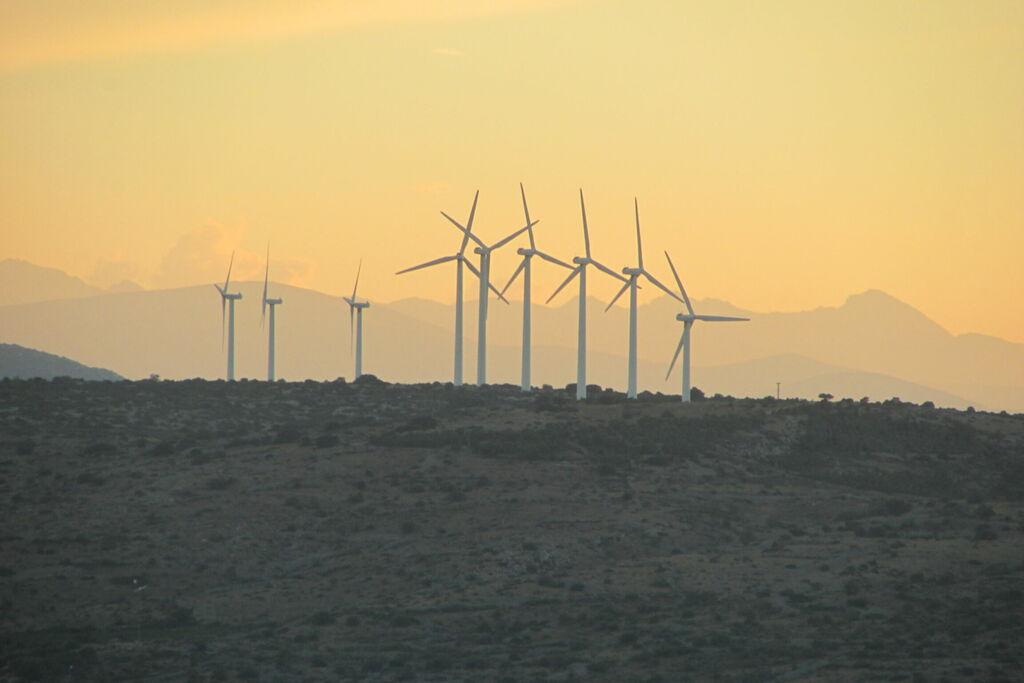 Éoliennes sur coucher de soleil