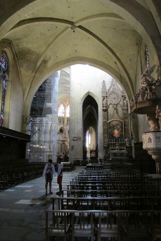 L'église ne fait pas partout la même taille et ce n'est pas symétrique du coup l'allée centrale est en deux parties décalées.