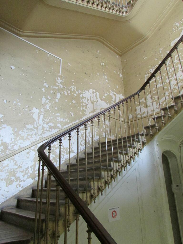 Un escalier délabré