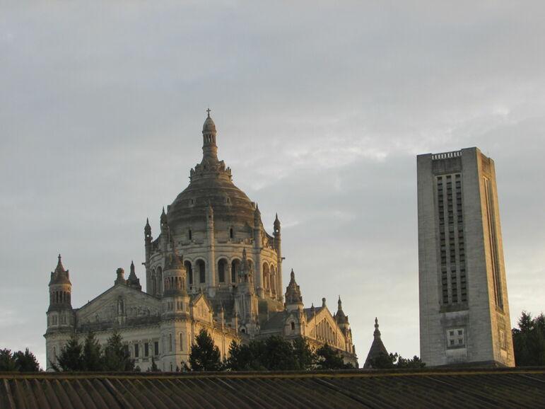 Basilique Sainte-Thérèse de Lisieux et son campanile