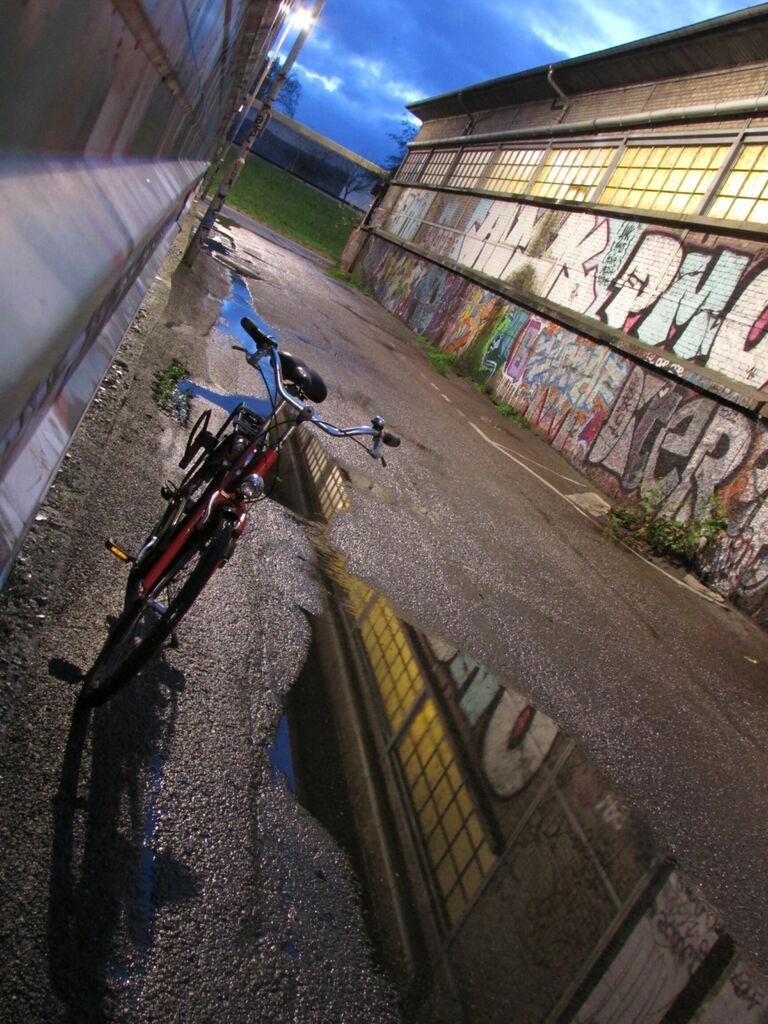 Allée, flaque et bicyclette