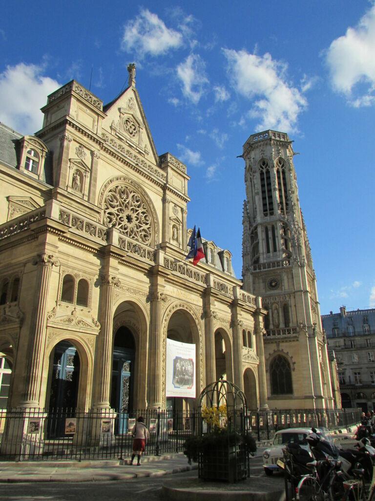Façade, non pas de l'église mais de la mairie, construite pour lui ressembler et faire un effet de symétrie