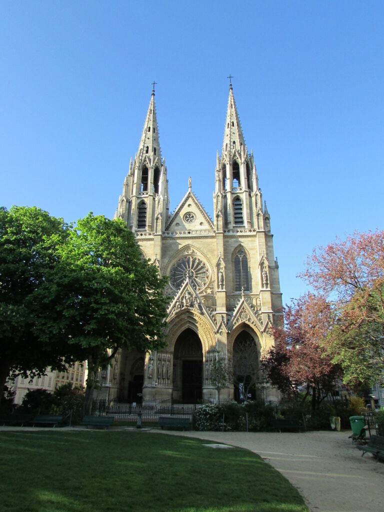Malgré le côté isolé et naturel, cette église est dans Paris (basilique Sainte-Clothilde)