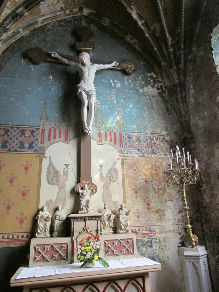 """""""La peinture s'écaille sur les murs de l'église. Dieu comme ses serviteurs ont abandonné cet endroit depuis longtemps."""""""