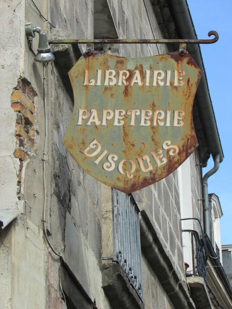 """Librairie, papeterie, disques"""