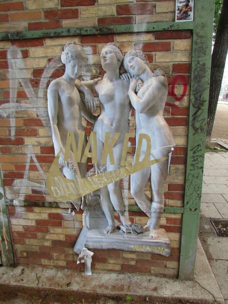 Naked. C'est une publicité mais elle rend bien avec le bâtiment.