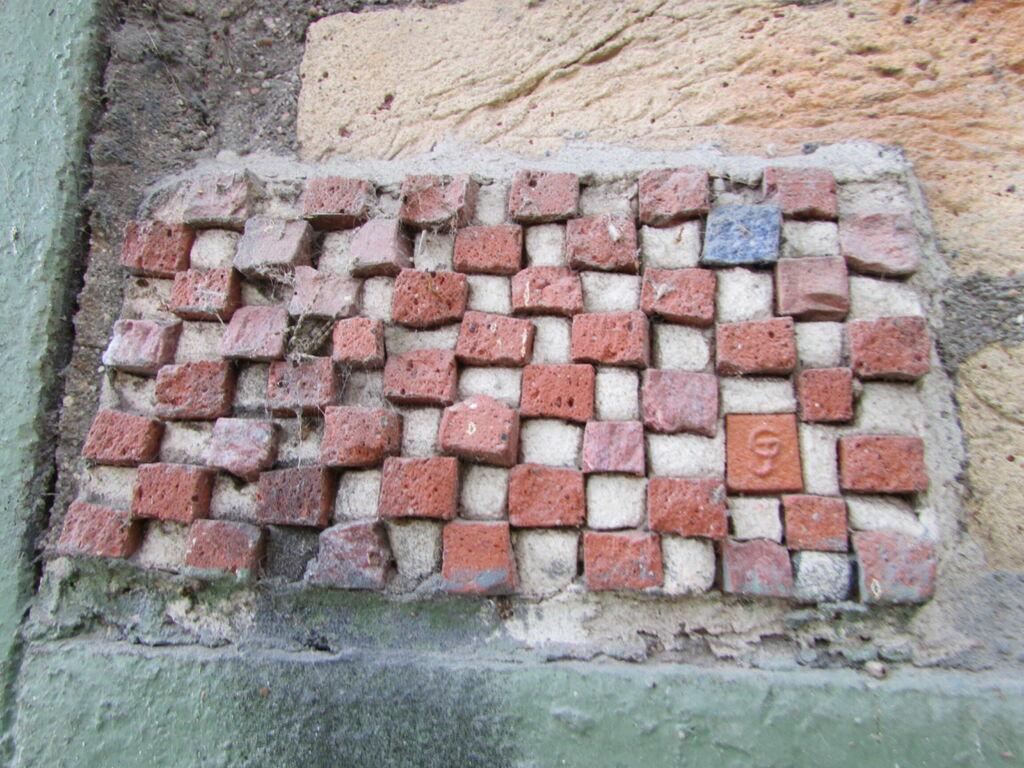 Morèje. J'aime beaucoup l'effet de reprise des couleurs des briques du bâtiment.