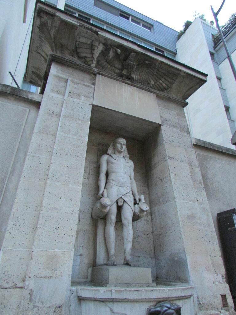 Statue pseudo égyptienne mystérieuse.