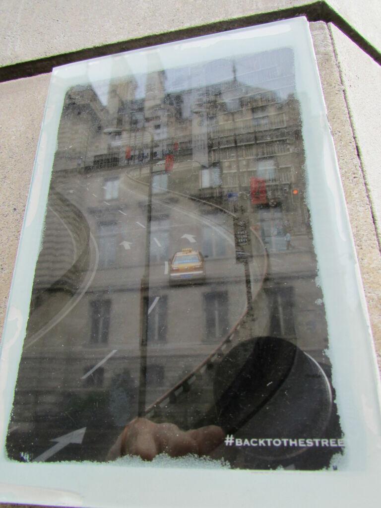 #backtothestreet, route et reflet d'immeubles.