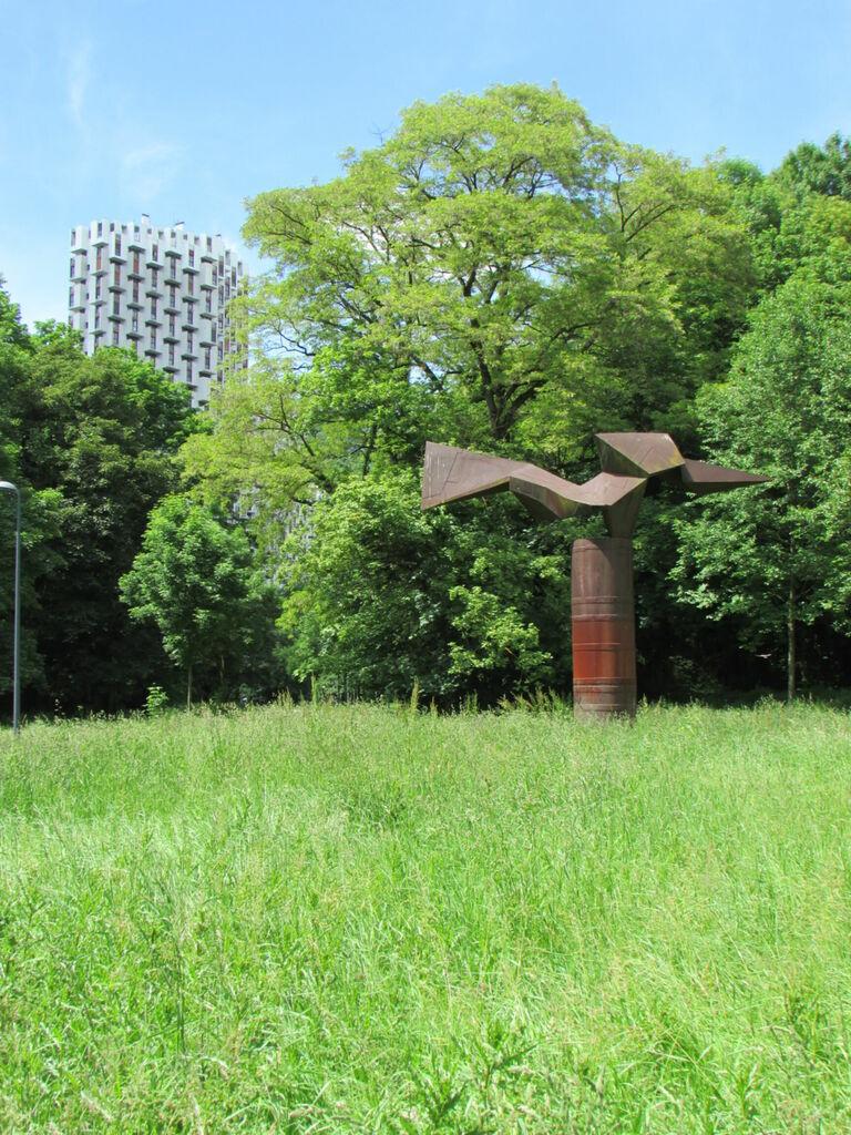 Immeuble et sculpture