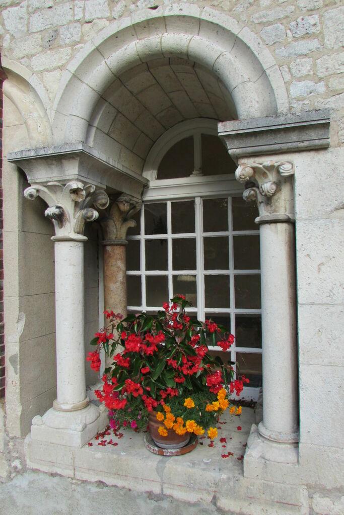 Colonnes et fleurs