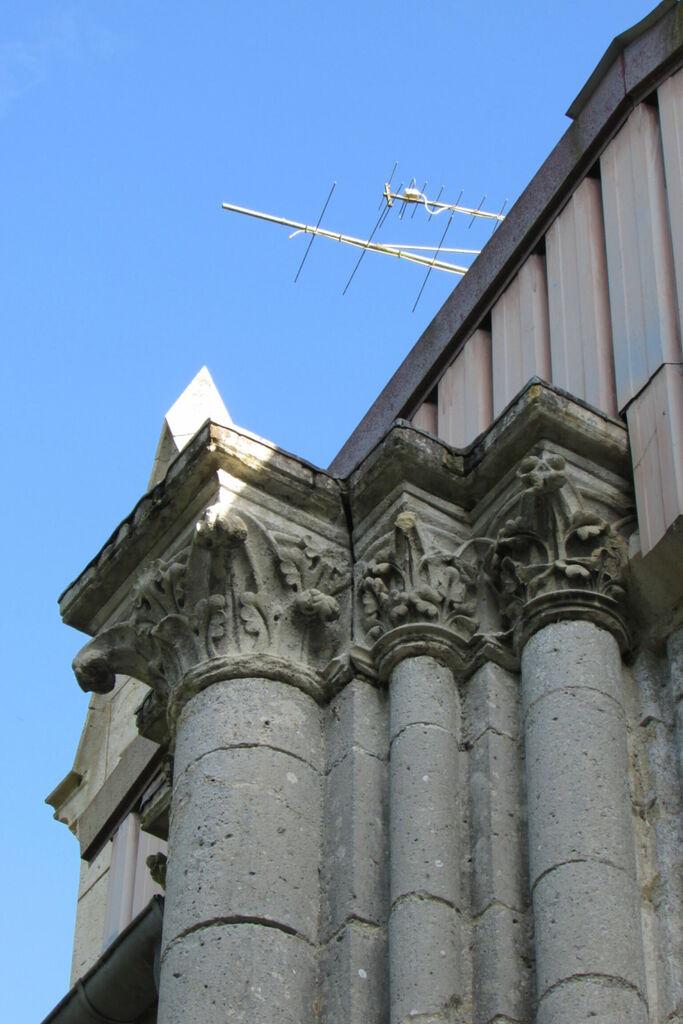 Chapiteaux et antenne hertzienne