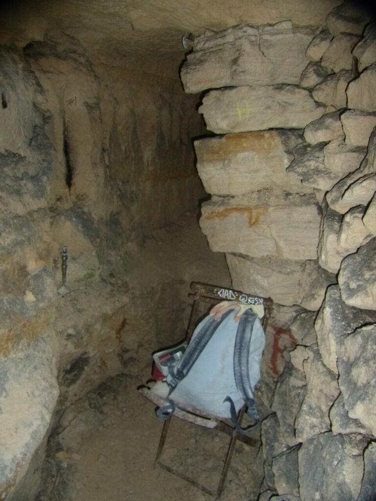 Salle, pilier, chaise et sac