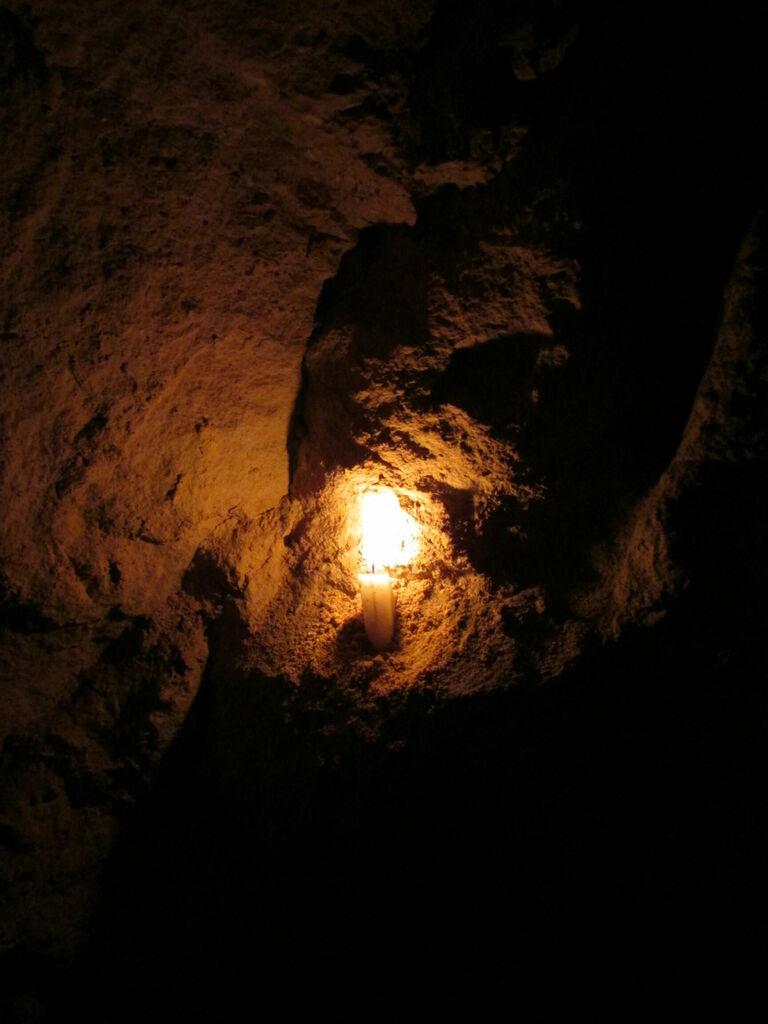 Flamme dans un creux de la roche