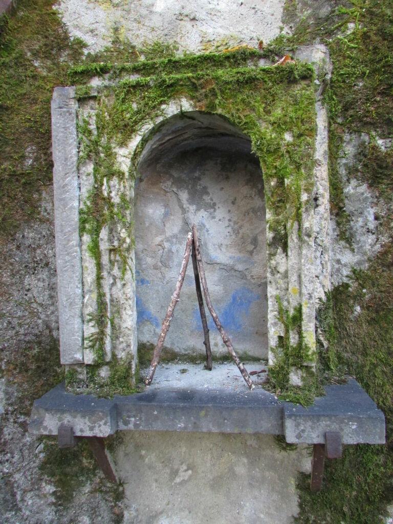 niche dans le mur du Clos des Capucins (photo par OC, sculpture par moi)